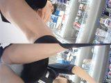 【接客パンチラ】美容家電店員さんにオススメ商品を相談しながらパンチラ逆さ隠し撮り