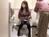 【高画質トイレ盗撮】前方15度から狙うオシャレな女子大生